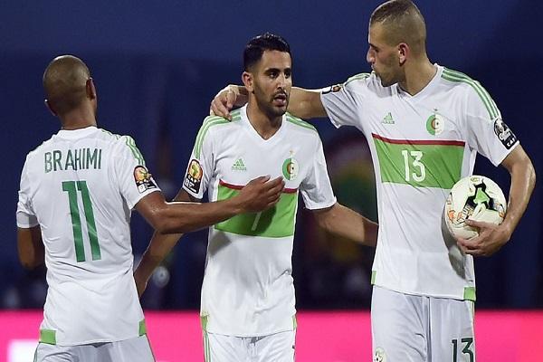 لاعب نادي ليستر سيتي رياض محرز (في الوسط) سجل هدفي المنتخب الجزائري