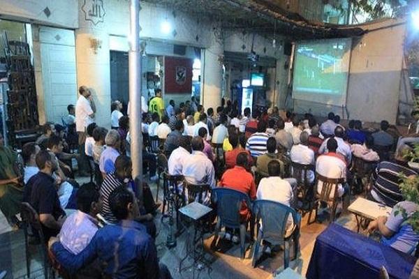 يلجأ عدد كبير من عشاق كرة القدم إلى المقاهي لمتابعة المباريات