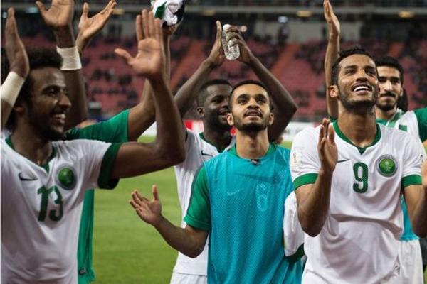 لاعبو المنتخب السعودي يحتفلون بالفوز على تايلاند في تصفيات كأس العالم 2018