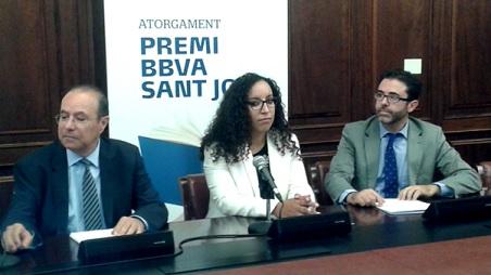نجاة الهاشمي خلال مراسيم منح الجائزة الأدبية في كاتالونيا