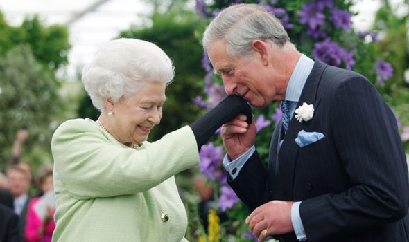 ملكة بريطانيا رفقة الأمير تشارلس