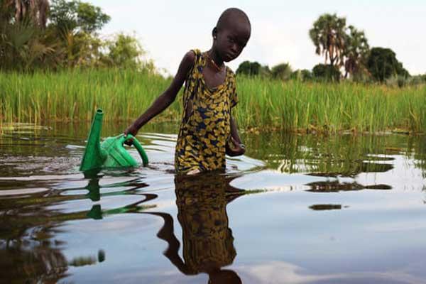 إحدى الفتيات المشردات تجمع المياه في مستنقع سوند في جنوب السودان