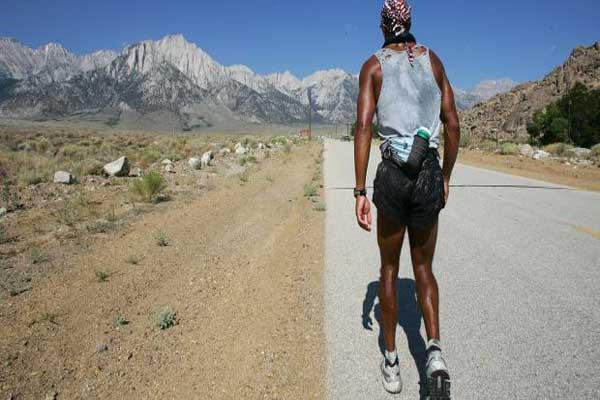 دايفيد غوغينز أمام جبل وايتناي في كاليفورنيا