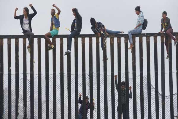 مهاجرون من أميركا الوسطى يحاولون عبور الحدود المكسيكة إلى الولايات المتحدة