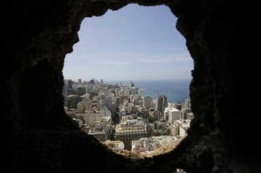 العاصمة اللبنانية بيروت خلال الحرب الأهلية كما تبدو من خلال فتحة خلفتها قذيفة في أحد المباني
