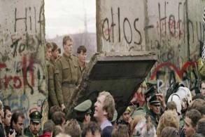 حرس الحدود في برلين الشرقية عند جدار برلين بتاريخ 11 نوفمبر 1989