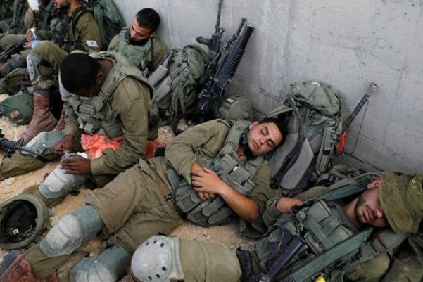 جنود إسرائيليون يستريحون بعد مناورة عسكرية في قاعدة تسيليم بوسط إسرائيل