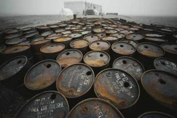 تراجع سعر برميل النفط يضع العالم أمام سيناريوهات معقدة