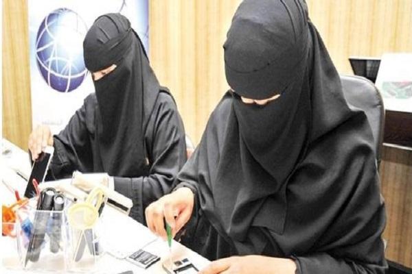 السعوديات يدخلن عالم بيع وصون الهواتف المحمولة