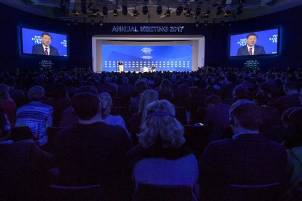 الرئيس الصيني ملقيًا كلمته لدى افتتاح المنتدى اليوم