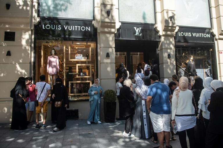 سياح من السعودية وآسيا أمام متجر لوي فويتون في اسطنبول