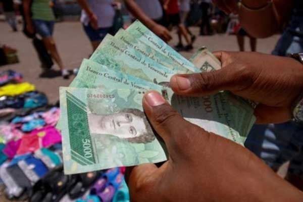 أوراق نقدية من العملة الفنزويلية البوليفار في منطقة نورتي دي سانتاندر في كولومبيا بتاريخ 19 أغسطس 2018