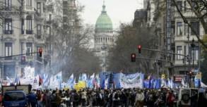 متظاهرون يقطعون جادة 9 يوليو في بوينوس أيرس احتجاجًا على حكومة الرئيس ماوريسيو ماكري، وفي الخلفية مبنى الكونغرس الأرجنتيني، في 12 سبتمبر 2018