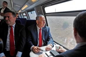 نتانياهو يجرب السفر بالقطار السريع من القدس إلى تل أبيب