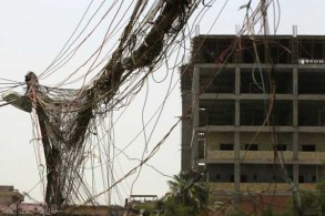 أسلاك كهربائية تخرج من مولد كهرباء يمون أحد أحياء بغداد في ظل انقطاع التيار بتاريخ 26 يوليو 2018