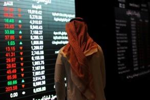 مستثمر سعودي يتابع أسعار الأسهم في البورصة بالرياض