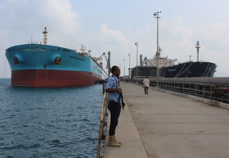 ناقلة النفط السعودية لحظة وصولها إلى ميناء عدن