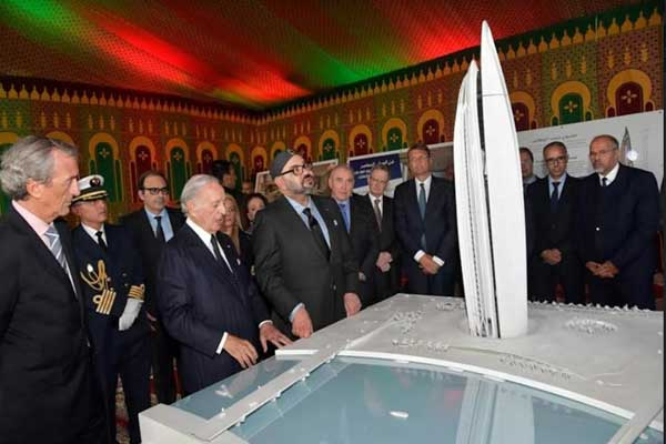 الملك محمد السادس لدى ترؤسه أمس حفل إطلاق بناء برج يحمل اسمه