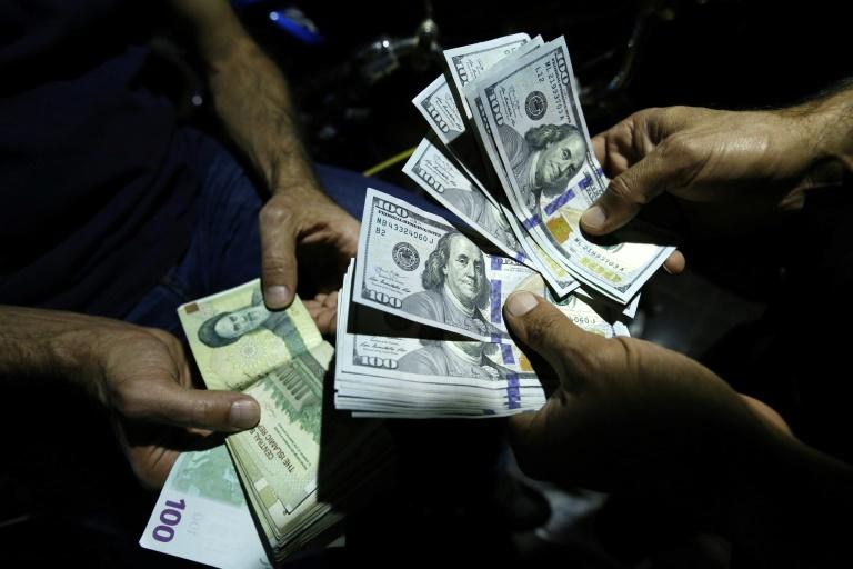 تبادل ريال إيراني مقابل دولار أميركي في محل صيرفة في طهران في 8 آب/أغسطس 2018