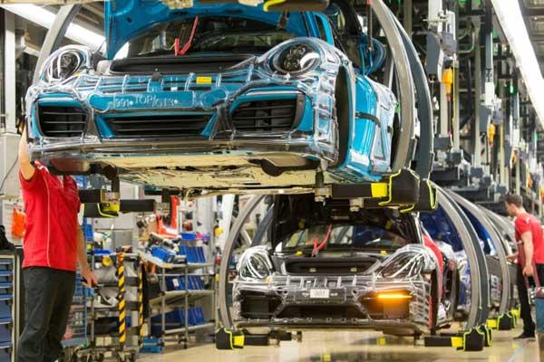 خط تجميع سيارات بورشه في مصنعها في شتوتغارت في جنوب غرب ألمانيا بتاريخ 26 يناير 2018