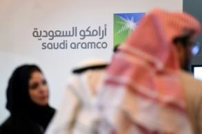 صورة التقطت قرب شعار لشركة أرامكو السعودية النفطية العملاقة