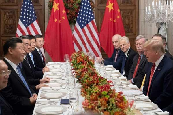 الرئيس الأميركي دونالد ترمب (يمين) مع نظيره الصيني شي جينبينغ وأعضاء الوفدين إلى طاولة العشاء في بوينوس آيرس يوم 1 ديسمبر