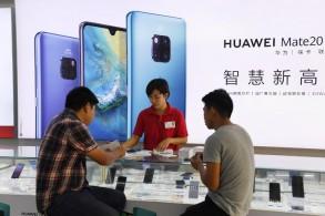 حرفاء داخل محل لهواوي في الصين