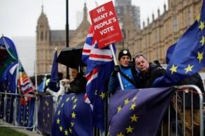ناشطون مناهضون لبريكست خلال تظاهرة أمام البرلمان البريطاني