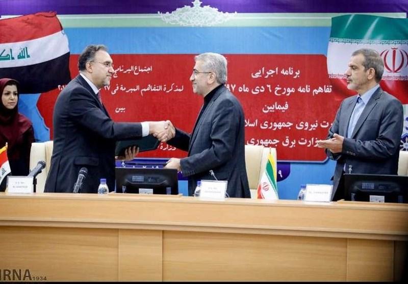 وزيرا الطاقة الايراني والكهرباء العراقي خلال توقيعهما اتفاق تمديد تزويد طهران لبغداد بالكهرباء