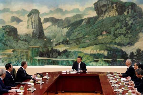 الرئيس الصيني شي جينبينغ (وسط) أثناء لقائه الممثل التجاري الأميركي روبرت لايتهايزر (الثالث من اليسار) ووزير الخزانة الأميركي ستيفن منوتشن (الثاني من اليسار) ومفاوضين من البلدين في بكين بتاريخ 15 فبراير 2019