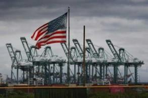 رافعات للشحن البحري وحاويات في لونغ بيتش في ولاية كاليفورنيا الأميركية بتاريخ 4 مارس 2019