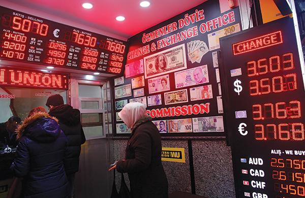 مواطنون أتراك داخل مصرف محلي