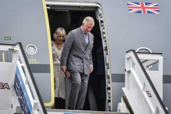 الأمير تشارلز وزوجته كاميلا يصلان إلى مطار خوسيه مارتي الدولي في هافانا أمس الأحد 24 مارس 2019