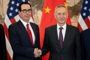 نائب رئيس مجلس الوزراء الصيني ليو هي (يمين) مستقبلا وزير الخزانة الأميركي ستيفن منوتشين في بكين في 29 آذار/مارس 2019