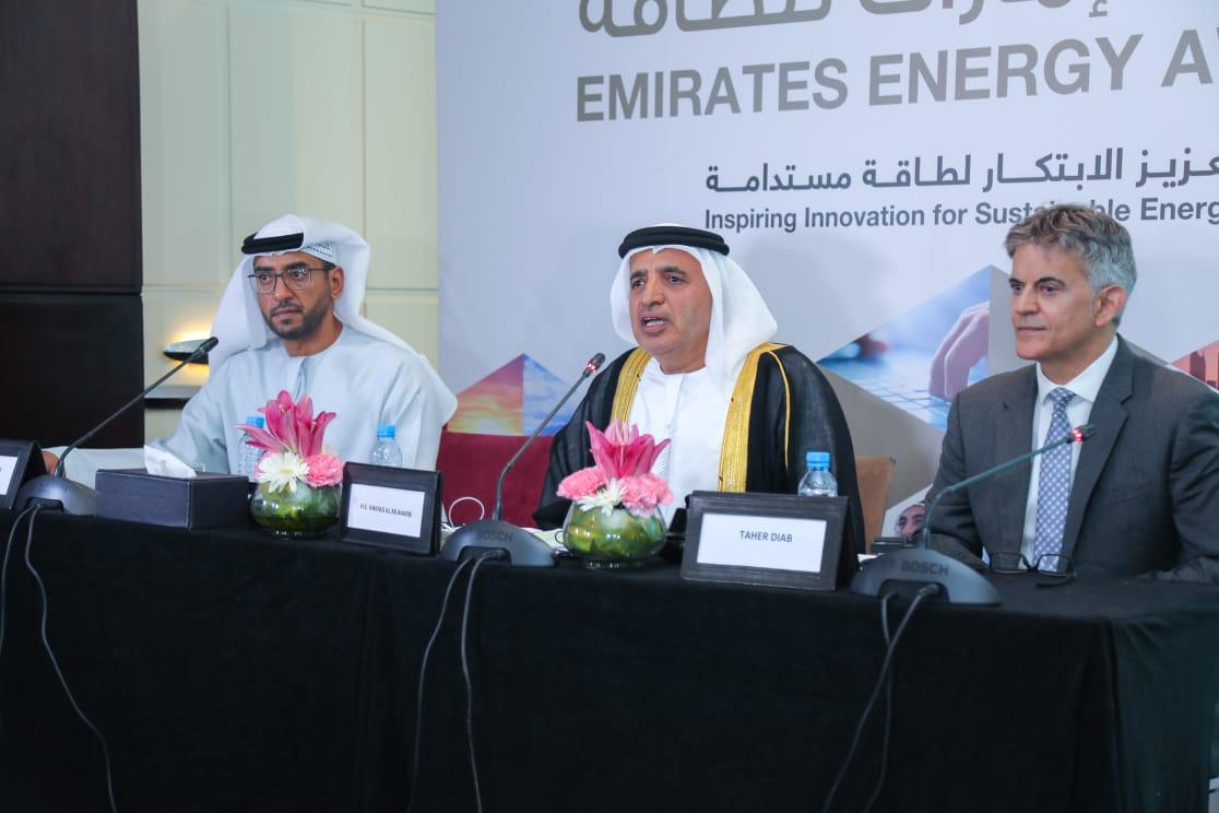 الأمين العام للمجلس الأعلى للطاقة بدبي، يتوسط طاهر دياب، الأمين العام لجائزة الإمارات للطاقة، و علي السويدي، نائب رئيس لجنة التسويق والفعاليات لجائزة الإمارات للطاقة