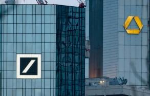 صورة ملتقطة في 17 اذار/مارس 2019 تظهر مقري مصرف دويتشه بنك وكوميرزبنك في فرانكفورت، بألمانيا