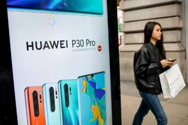 إعلان لهواتف هواوي الذكية في موقف حافلات وسط لندن بتاريخ 29 إابريل 2019
