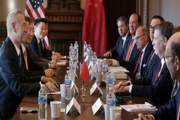 اجتماع يضم كبار مسؤولي التجارة الأميركيين (يمين) مع نظرائهم الصينيين في واشنطن في 30 يناير 2019