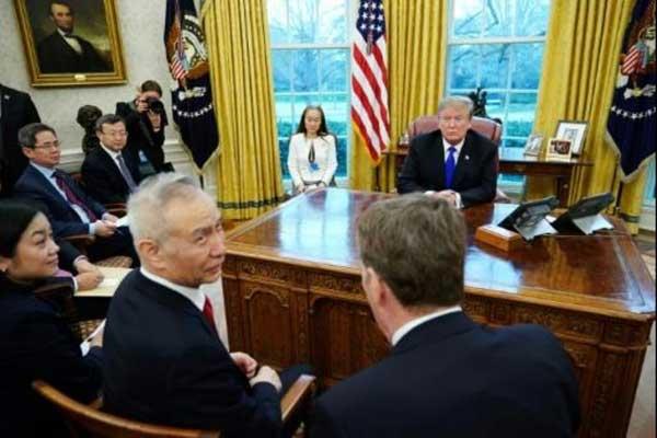 الرئيس الأميركي دونالد ترمب ونائب رئيس الوزراء الصيني ليو هي في البيت الأبيض في 22 فبراير 2019