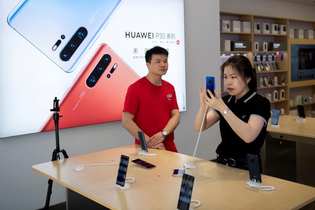 محلّ لبيع أجهزة هواوي في بكين