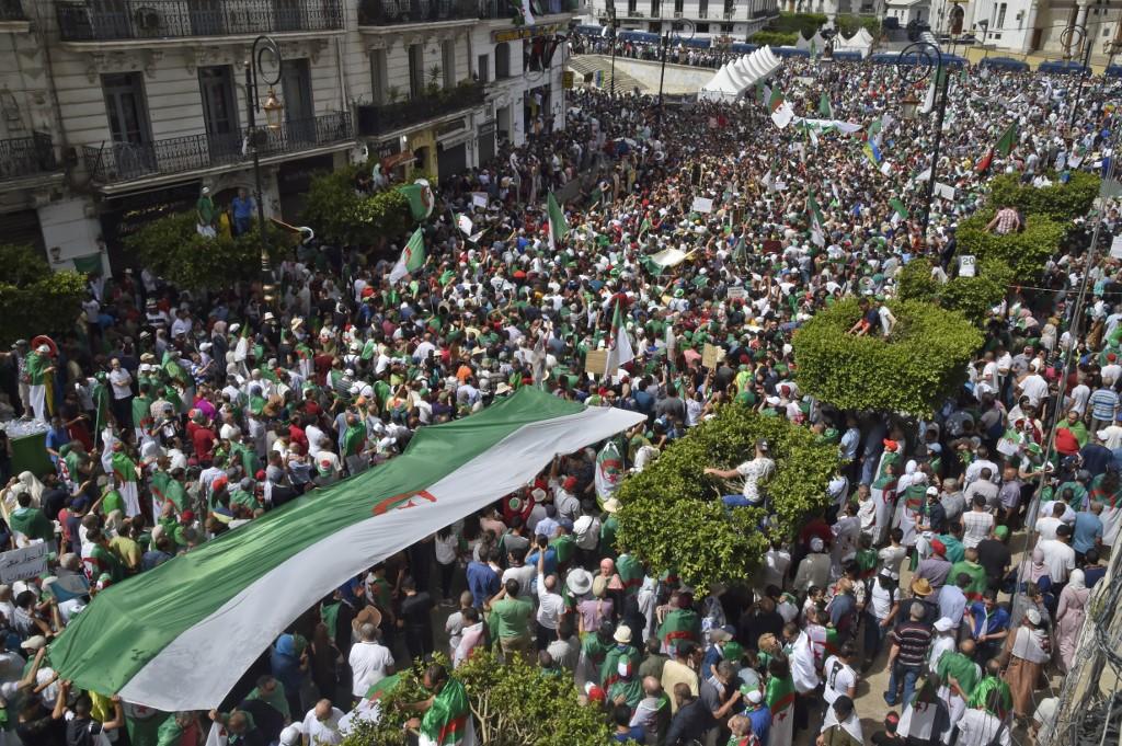 الجزائريون إلى الشوارع مجددا
