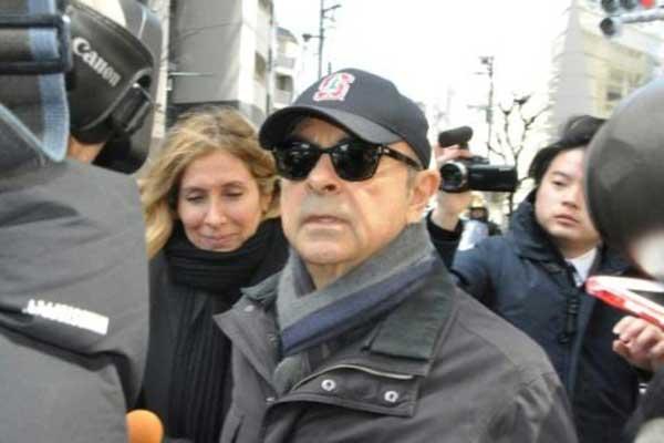 كارلوس غصن وزوجته كارول في أحد شوارع طوكيو في 9 مارس 2019