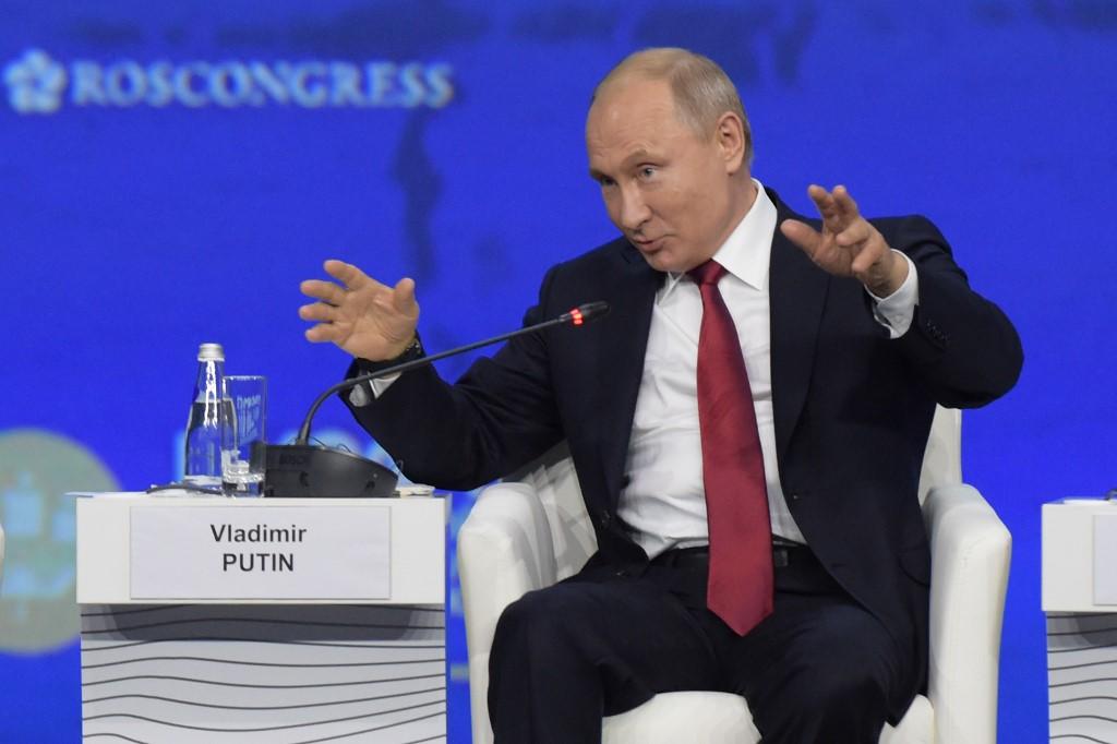 بوتين متحدثا خلال منتدى سان بطرسبورغ