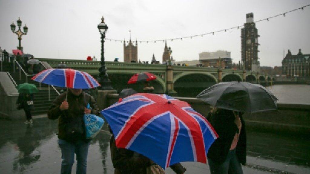 مارة يحتمون من المطر على الضفة الجنوبية لنهر تيمز قرب مجلس العموم البريطاني، في لندن في 11 كانون الأول/ديسمبر 2018 ا ف ب/ارشيف