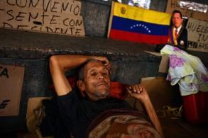 عامل في القطاع النفطي الفنزويلي يشارك مع العشرات في اضراب جوع من أجل نيل مستحقاتهم المتوقفة