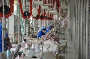 عمال يخدمون على منتجات ستصدّر إلى الولايات المتحدة في مصنع يقع في بينزو ضمن إقليم شاندونغ شرق البلاد، 7 أيار/مايو 2019