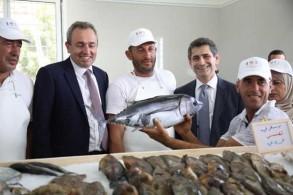السفير البريطاني ووزراء لبنانيون مع صيادي الجيّة