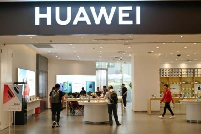 متجر لمجموعة هواوي الصينية العملاقة للاتصالات في شنغهاي