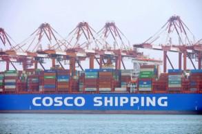 سفينة يتم تفريغ حمولتها في مرفأ كينغداو في محافظة شاندونغ بشرق الصين في 11 تموز/يوليو 2019