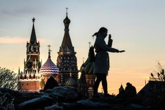 صورة من الارشيف لفتاة تلتقط سيلفي امام الكرملين في موسكو